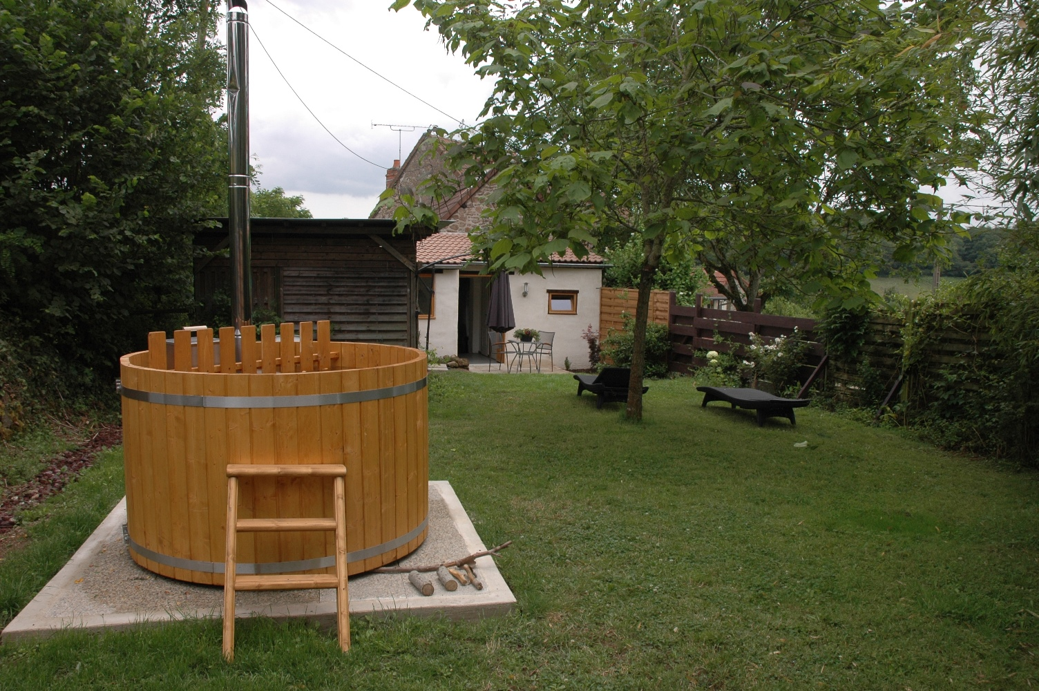 jacuzzi en jardin tropical idea jardin relajacion redondeado bleu vanille kaz jacuzzi u jardin. Black Bedroom Furniture Sets. Home Design Ideas